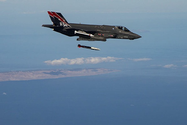 """Video Mỹ cho F-35 ném bom hạt nhân """"kẻ hủy diệt"""" xuống sa mạc Nevada"""