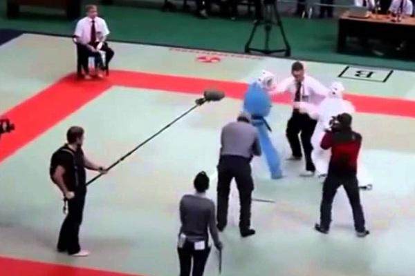 """Clip: Cáu tiết vì bị coi thường, trọng tài """"bá đạo"""" đánh gục cả 2 võ sĩ"""