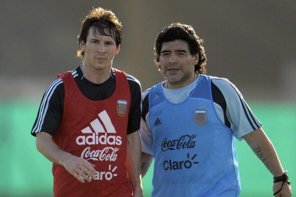 """""""Cậu bé vàng"""" Diego Maradona ra đi, Lionel Messi nói lời đau xót"""