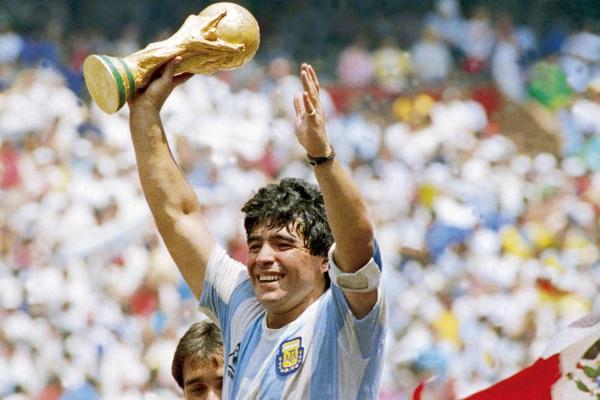 """Huyền thoại Diego Maradona qua đời ở tuổi 60: Từ sân bóng vỉa hè """"bay lên"""""""
