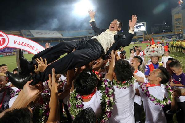 """Bầu Hiển liệu có đang """"phá bóng đá Việt Nam"""" như lời bầu Trường?"""