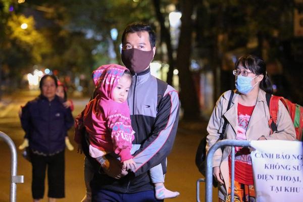 Người dân phố Cửa Bắc bế con nhỏ di dời trong đêm giá rét, nghẹt thở chờ gỡ bom