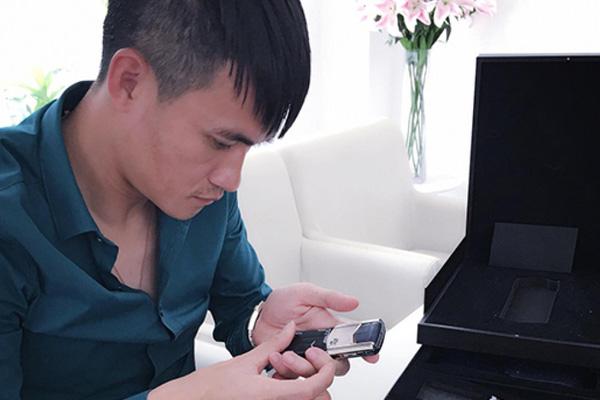 Cận cảnh chiếc điện thoại Vertu đắt đỏ mà Thuỷ Tiên từng tặng Công Vinh