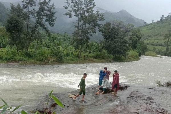 Giải cứu toàn bộ du khách và người dân bị mắc kẹt trên núi Tà Giang