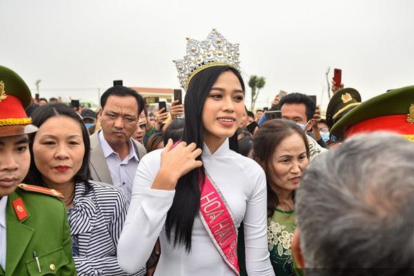 Hàng nghìn người đón hoa hậu Đỗ Thị Hà về thăm quê