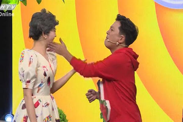 Túm áo, hất thức ăn vào đồng nghiệp ở game show Việt