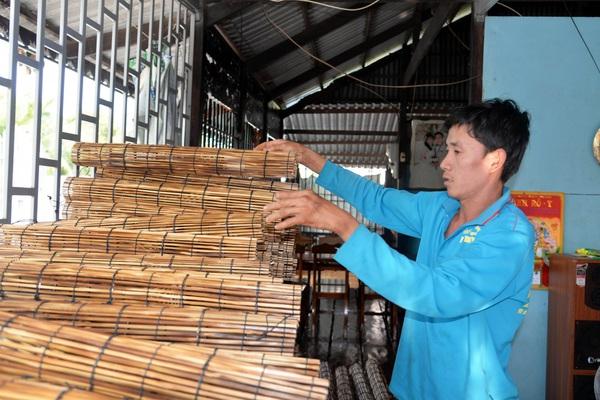 An Giang: Cả làng này với hơn 700 người dân tấp nập đan lọp bắt lươn đồng, bán chạy nhất là mùa nước nổi