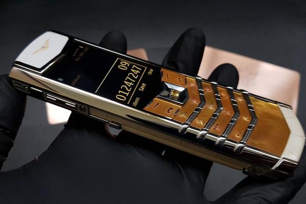 """Chiếc điện thoại Vertu này """"thửa"""" riêng cho quý bà sang trọng"""