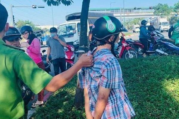 Tài xế taxi dừng xe cứu người gặp tai nạn, bị kẻ bất lương lẻn lên xe lấy điện thoại
