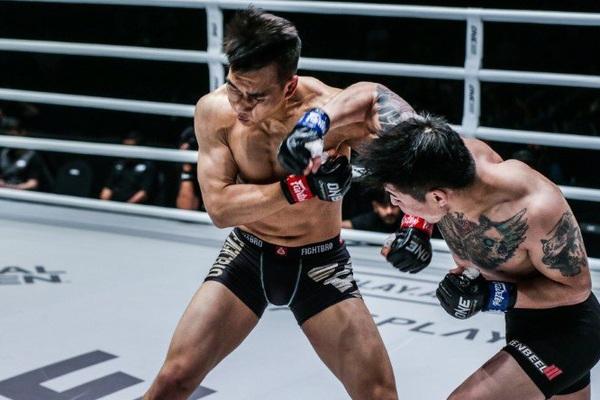 Clip: Bị đấm phát gục luôn, võ sĩ Trung Quốc quay sang đánh trọng tài