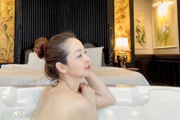 """""""Hoa hậu 4 con"""" Jennifer Phạm táo bạo khoe vai trần quyến rũ trong bồn tắm"""