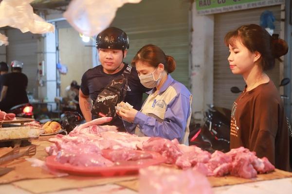 Giá thịt lợn tăng cao, tiểu thương ngồi nửa ngày mà phản thịt vẫn đầy, lo sạt nghiệp