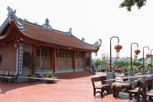 Một ngôi đền ở Hà Nội phải đóng cửa vì sạt lở bờ sông