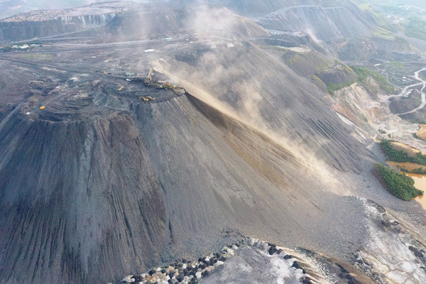 Bụi bay mù mịt ở bãi thải than sát cao tốc Hạ Long – Vân Đồn