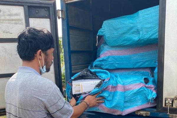 Bắt giữ hơn 37.000 bao thuốc lá lậu giấu trong bao tải dứa