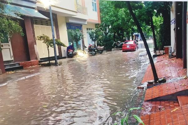 """Hà Nội: Người dân làng Việt Kiều Châu Âu bức xúc với đoạn đường cứ mưa lại biến """"thành sông"""""""