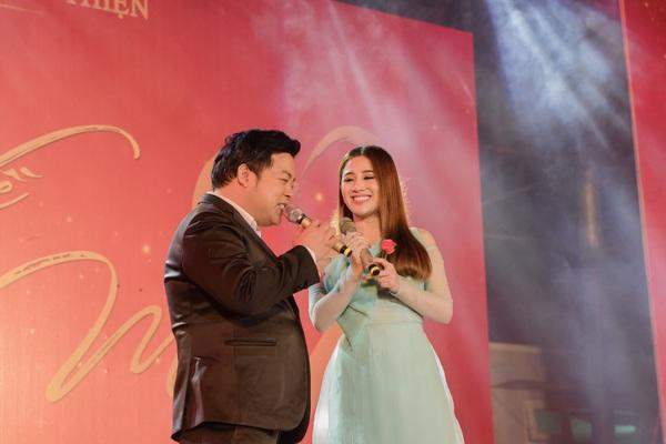 Tố My - Quang Lê tình tứ trên sân khấu trước hàng trăm khán giả Quảng Nam