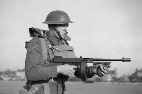 """Vì sao lính Mỹ """"ngó lơ"""" hộp đạn 100 viên của tiểu liên Thompson?"""