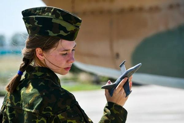 Vẻ đẹp nữ học viên phi công Nga huấn luyện với máy bay L-39