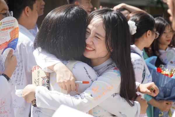 ẢNH: Học sinh Đà Nẵng ôm nhau khóc ngày chia tay tuổi học trò