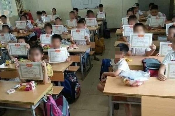 """Bức ảnh """"cả lớp giơ giấy khen mình em lẻ loi"""": Bộ GD&ĐT nói gì?"""