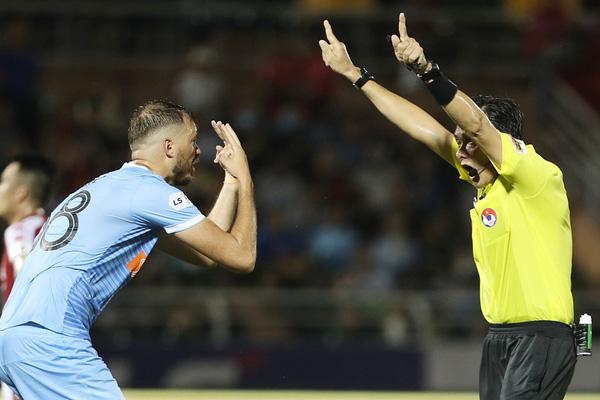 Trọng tài V.League sai lầm: Đội bóng chịu hậu quả, ai chịu trách nhiệm?