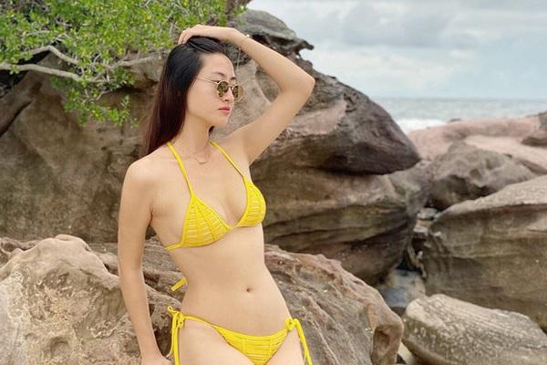 """Clip """"mỹ nhân Cao Bằng chân dài 1m22"""" mặc bikini quyến rũ hút mắt ở bãi biển"""
