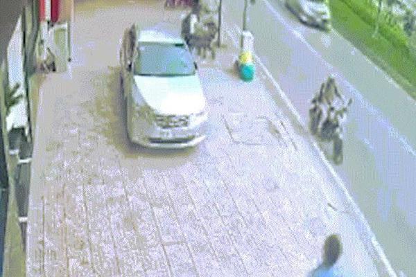 2 đối tượng dùng dao, xịt hơi cay tấn công người đi bộ để cướp điện thoại