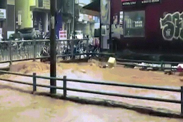 """""""Rùng mình"""" cảnh trung tâm Đà Lạt ngập như sông, nước cuồn cuộn, đỏ ngòm"""