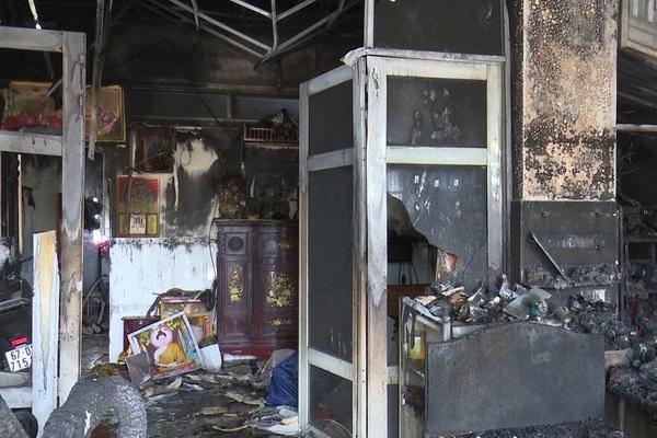 Phóng hỏa đốt nhà, bà và 2 mẹ con bị bỏng nặng