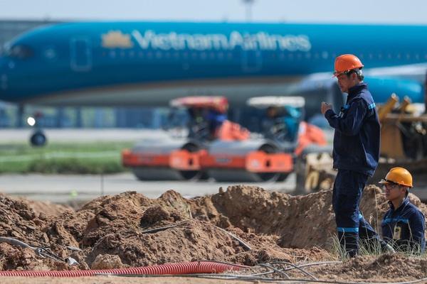 """Công nhân đội nắng 60 độ C trên """"đại công trường"""" cải tạo đường băng sân bay Nội Bài"""