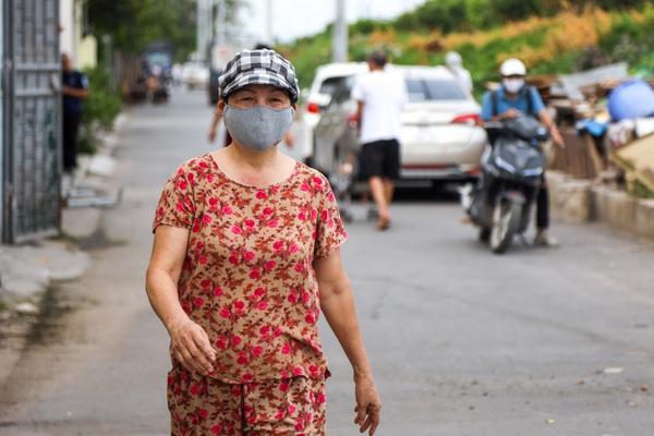 Người dân ngửi mùi khó chịu sau vụ cháy nhà kho hoá chất trong cảng Đức Giang