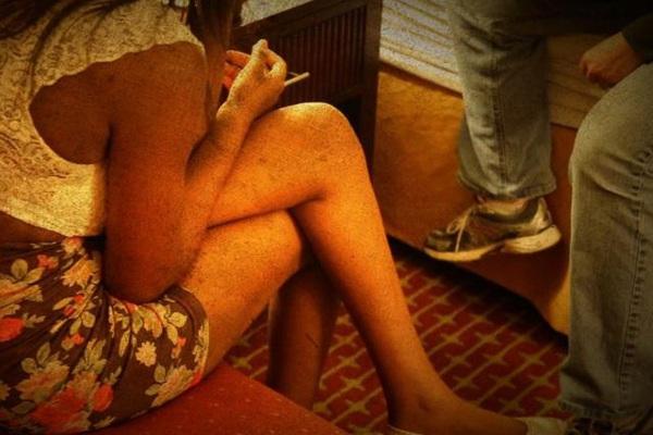 Lần lên bar định mệnh của cô gái bị ép bán dâm suốt 5 tuần