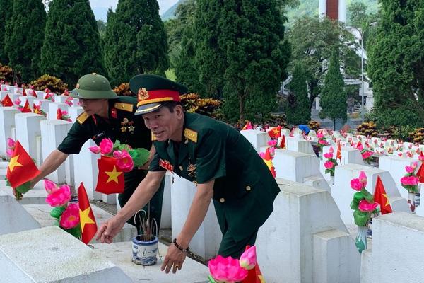 """Xúc động chương trình """"Tiếp nối hành trình thắp sáng ký ức"""" cùng 60 cựu chiến binh tại nghĩa trang Vị Xuyên"""