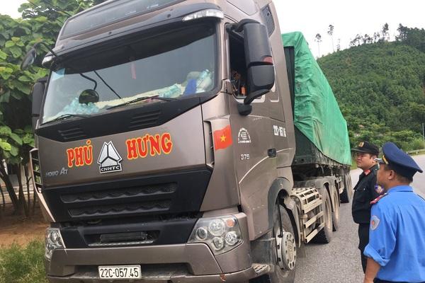 """Lào Cai: Cảnh sát giao thông, Thanh tra giao thông """"mắc võng"""" chờ xử lý xe quá tải"""