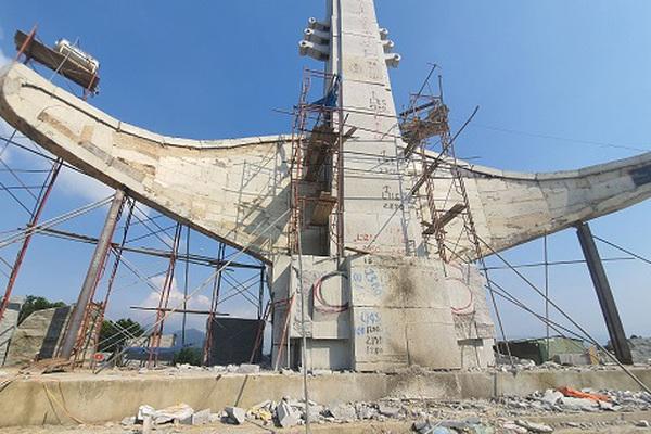 Loạt tượng đài, cổng chào tiền tỷ xôn xao dư luận