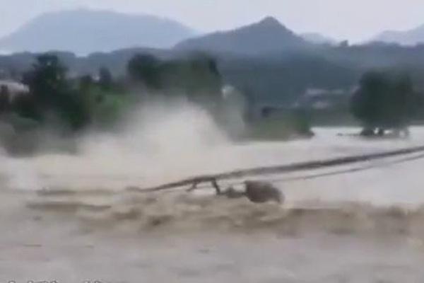 Choáng váng cảnh cây cầu đá 400 tuổi bị sập thành từng mảnh vì mưa lớn ở Trung Quốc