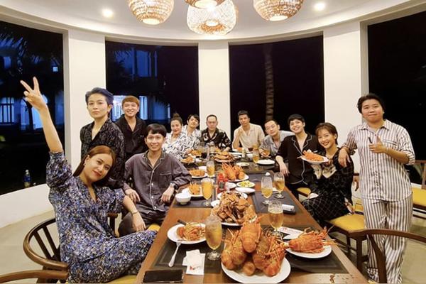 Hoàng Thùy Linh – Gil Lê cùng diện pyjama, dính nhau như sam trong tiệc sinh nhật