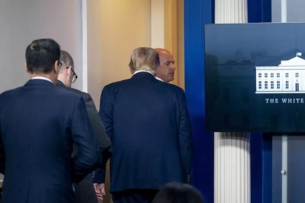 Nhân viên mật vụ nói thầm và đưa gấp ông Trump ra khỏi họp báo vì lý do này