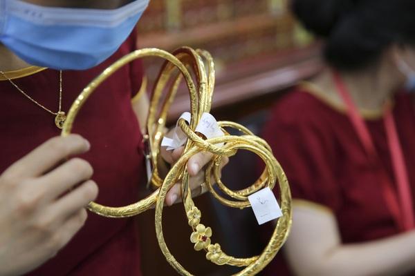 """Giá vàng giảm hơn 10 triệu đồng/lượng, """"phố vàng"""" Hà Nội vắng tanh"""