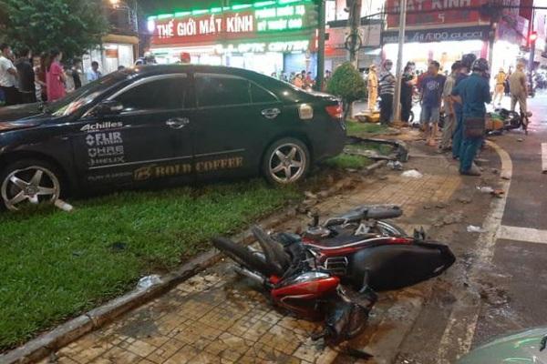 Ô tô Camry tông 8 xe máy ở Sài Gòn, nhiều người bị thương
