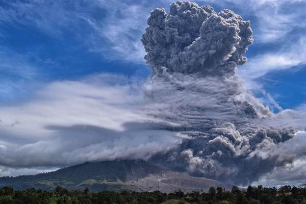 Hàng loạt tiếng nổ vang trời, núi lửa phun trào cột tro cao 2km