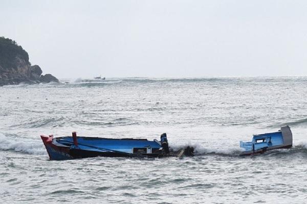 Thanh Hóa: Cứu sống 5 ngư dân bị chìm tàu trên biển