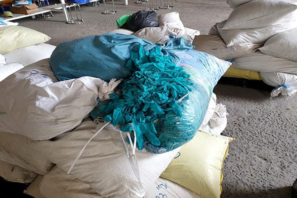 Bình Dương: Phát hiện cơ sở tái chế trái phép găng tay đã qua sử dụng