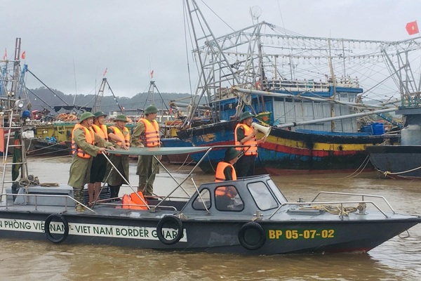 Bão số 2 Sinlaku, mưa lớn, gió mạnh dần, ngư dân đã vào hết bờ