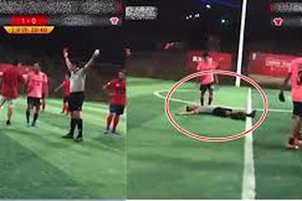 """Clip: Đội nhà bị phạt, cầu thủ Trung Quốc nóng mắt… """"đánh gục"""" trọng tài"""