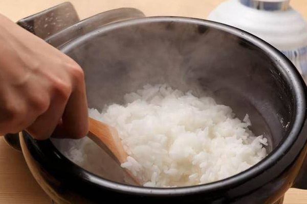 Mẹo nấu cơm trắng muốt, dẻo thơm, chỉ cho nước thôi chưa đủ