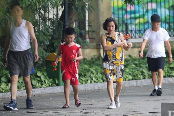 """Nhiều người Hà Nội """"quên"""" đeo khẩu trang nơi công cộng"""