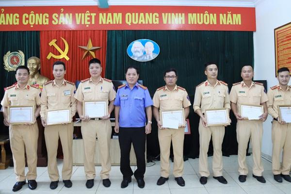 Chánh Văn phòng VKSND tối cao khen 1 đội CSGT ở Hà Nội
