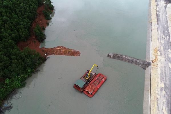 Nạo vét khu neo đậu tránh trú bão Vân Đồn, bùn thải tràn ra vịnh Bái Tử Long